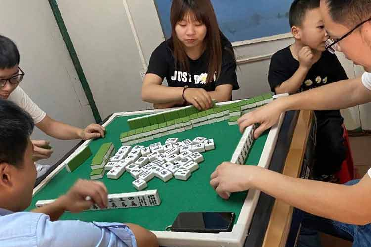 Chinese traditional national quintessence --- playing mahjong